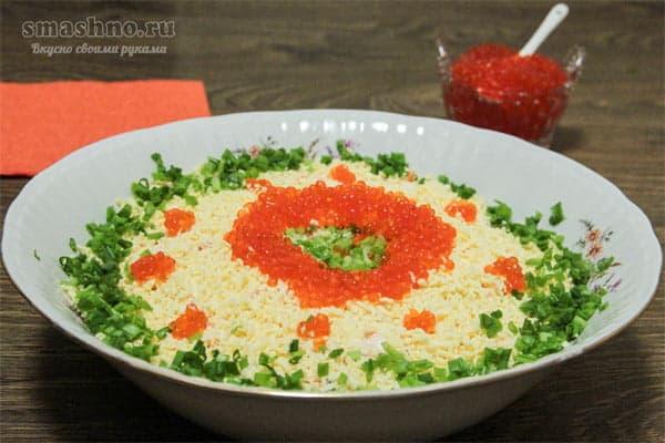 Салат с сайрой, морской капустой и отварным рисом