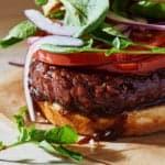 Бургер с овощами и мясом из растительного белка