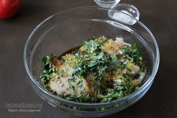 Кусочки куриного филе в миске с соевым соусом, приправами, солью и петрушкой