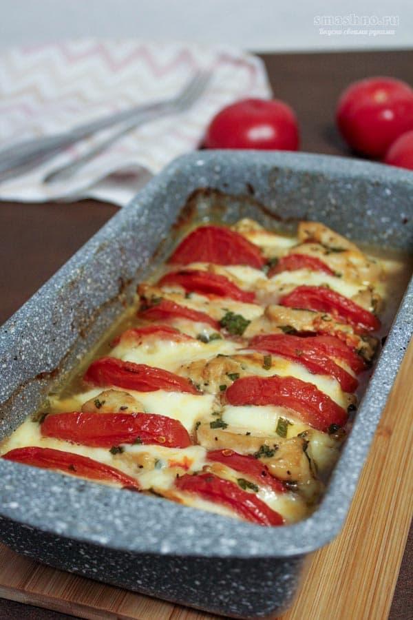 Запечённое в духовке куриное филе с помидорами и сулугуни